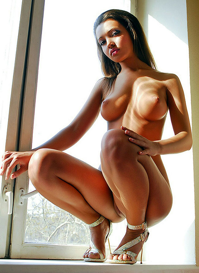 nacktes-Teen-Girl-mit-High-Heels